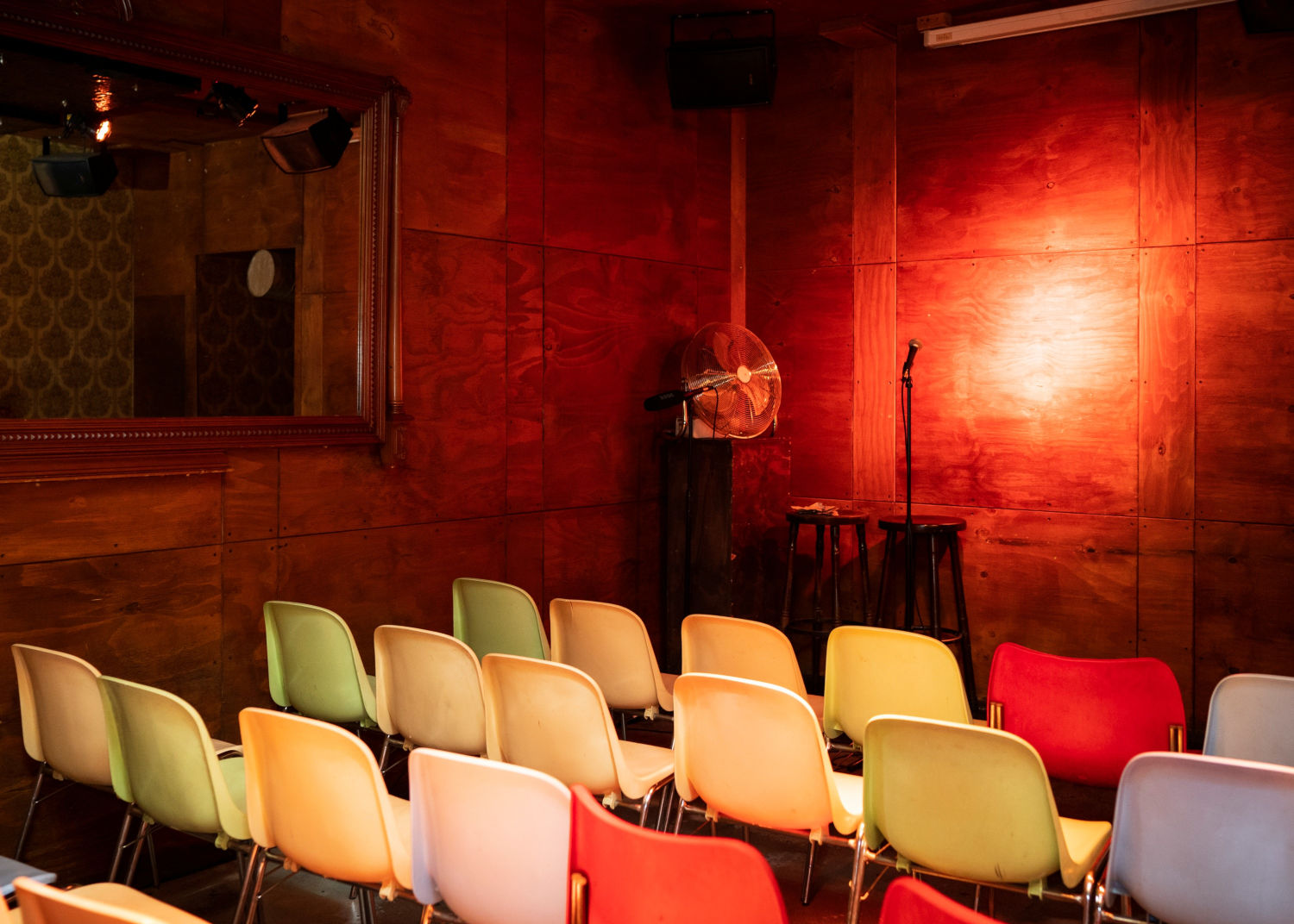 Stand-up doesn't take more than space and mic, here: 'Stereo Comedy' in Berlin